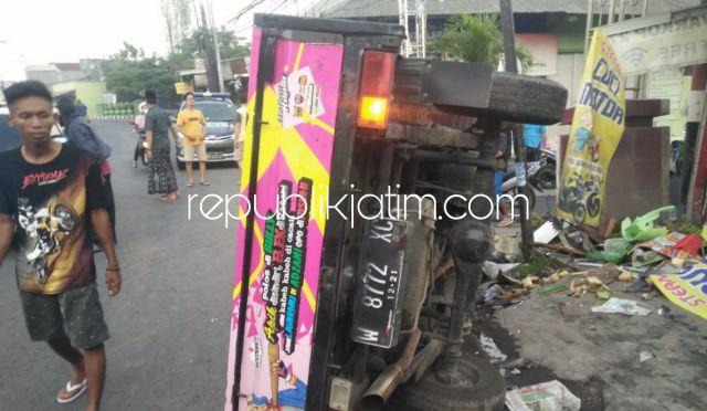 Sopir Ngantuk, Pikup Grand Max Tabrak Motor dan Penjual Gorengan di Sedati